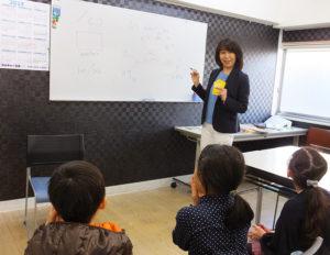 「カルチャー日吉」コーディネーターで英語講師の藤田奈美さんは日吉在住。小学生から新規入会でも無理なく参加できるよう、レッスンのオープニングでは、学校生活や日々の日常、季節についてなど、より興味関心を持ってもらえる題材をチョイスしているという