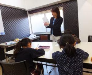 藤田さんは「小学校英語上級指導者」資格を保有。日吉で親子で楽しめる英語サークルを立ち上げ、横浜市内の民間の英語学校で講師を務めるなど、「子どもたち」の目線を大切にしながら英語教育のスキルを磨いてきた