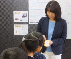 ネイティブ講師(男性4人)と日本人講師(女性3人)が交互に授業を行うことで、より親しみやすく、またロジカルに英語を自然と理解できるよう工夫を重ねている。生徒との距離感も近い