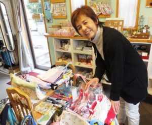 店内中央テーブル付近を中心に行うテーマ展として、2月12日から3月9日まで、「トキメキ・バッグ&袋もの展」を開催中。「オーダーメイドを承ることが可能な場合もあります。ご相談ください」と小泉さん