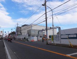再開発が進む新綱島駅(仮称)周辺にもスポットが当てられる予定。綱島街道から見た新水パーキングや東京園(綱島温泉)跡地付近(2019年1月26日)