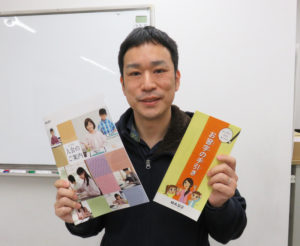 「ひよし塾」塾長の玉田久文(ひさあき)さん。「中学受験塾」として生徒を教えていくなかで、文字をきれいに、ていねいに書けることのメリットを強く感じたことから、習字教室を同塾内に開設した