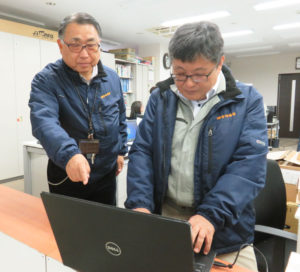 株式会社宮崎通信の濱田順二社長(左)と井上健司さん。法人・個人の幅広いパソコンのトラブルに日々対応している