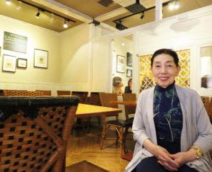 結婚・出産に伴い、日吉に転居してきた経緯を語る東海林のり子さん。「当時は、日吉駅までの道はまだ舗装されていなかったんですよ」と、懐かしい当時を振り返る(日吉のレストランで、2019年4月)