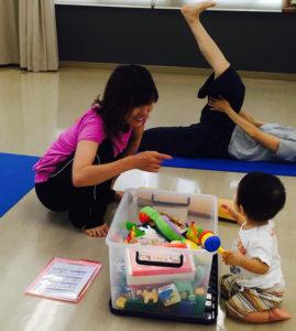 カルチャー日吉の門を叩いたのは「今住まう地元の学校だったから」。赤ちゃん連れで参加できるクラスで、赤ちゃんに語りかける福井さん(同校提供)