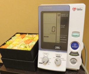 同院に設置されている血圧計。たばこは健康にとって「百害あって一利なし」と江口さんは語る