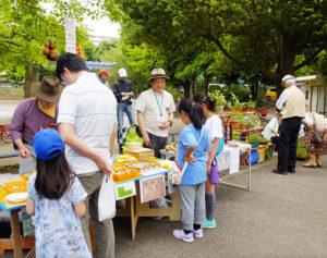 世代を越え、また子どもたちも楽しめる工作や物販、飲食販売も(2018年5月開催時)