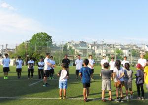 開校式では、慶大ラグビー部(蹴球部)監督を2013年から2年間務めた和田康二ゼネラルマネージャーが講師陣を紹介。「広々とした芝生の上で、地域の子どもたちに楽しくスポーツに親しんでもらえたら」と語る