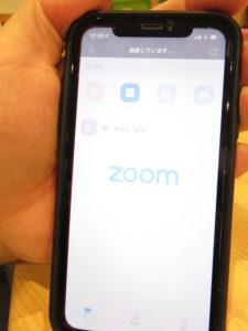 「自宅にいながら受講できる」ミーティングとチャット用に開発されたインターネット・アプリ「Zoom(ズーム)」を活用し、ディスカッションを行うコースも。6月開催の体験会参加者を募集中