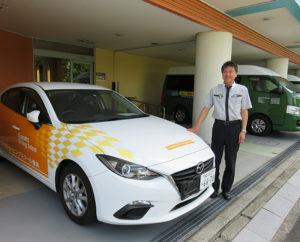昨年(2018)年、横浜校に着任した田口校長。肢体(したい)に障がいがある方が車の操作をしやすいという教習車と