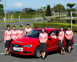 アウディ(Audi)の教習車と「にっこり笑ってしっかり教える」をモットーに活躍中のレディースインストラクターの皆さん。5校で約150人(2019年5月22日現在)が勤務しているという(コヤマドライビングスクール提供)