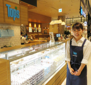 「Top's KEY'S CAFE(トップス キーズカフェ)」は、横浜市内では初出店。写真は店長の佐藤りなさん