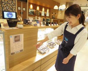 特注ケーキの文字入れサービス(3日前まで受付)も実施。トップスが飛躍するきっかけとなった人気の生ケーキや焼き菓子、コーヒーや紅茶(ティーバッグ)なども店頭で販売。「大型連休中はお土産としても好評でした」と佐藤さん
