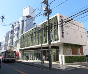 会場となる城南信用金庫綱島支店は、綱島駅西口から徒歩約3分、バス通り「子母口綱島線」沿いにある