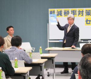 神奈川税務署(大豆戸町)の横山正幸 統括国税調査官から、消費税軽減税率制度や、2023年10月から導入される予定の適格請求書等保存方式(いわゆるインボイス制度)についても説明