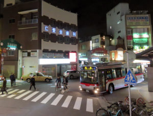 駅前広場も十分な広さがなく、バスと歩行者と自転車が入り乱れることも。放置自転車も少なくはない(写真はイメージ)