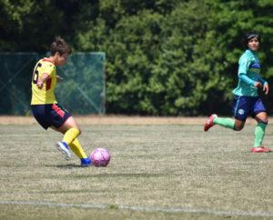人工芝の上でサッカーを思い切り体験できるのも今回のサッカースクールの魅力(同部提供)