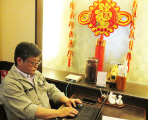 日吉駅から徒歩1分の中華料理店「中国名菜龍華(りゅうか)」の店内へ出張し、POSレジや注文端末などのネットワーク不具合に対応。パソコン救急センター日吉店では、同店の半径約3キロメートル圏内を近距離地域として出張料金を5000円(税別・交通費込、作業料金などは別途)で設定している