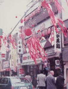 """つなしまサマーフェスティバルの前身・""""綱島七夕祭り""""の様子。1992年からはサマーフェスティバルとして生まれ変わり、現在に至っている(1976年の第2回開催時、同実行委員会提供)"""