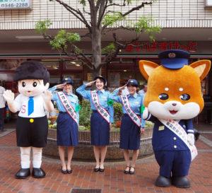 「一日警察官」として就任した、城南信用金庫の加藤可南子さん、中原友莉香さん、横浜信用金庫の日西実乃莉さん(左から)。信用金庫のキャラクター「信ちゃん」(最左)、港北警察署キャラクター「ぽのちゃん」と