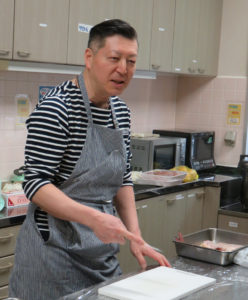 講師はフランス料理にも造詣が深いシェフ・大村光洋(みつひろ)さん。包丁は簡単に包丁が研げる機械(包丁研ぎ器)などを使い、毎回(毎日)の調理前に研いでもらえたらと説明