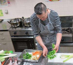 今回は、野菜、魚(鯛)、鶏肉を使ってのだしの取り方を指導
