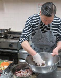 魚は軽く流し水でさらしたあとに、青ネギやカットしたしょうがを入れた鍋に移し、水を浸してから火にかけます