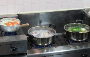 野菜、魚、そして鶏肉の鍋がセットされました