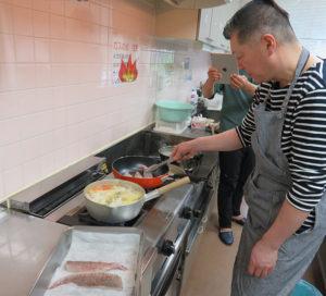 今回は大村シェフが捌いた鯛をこんがり焼き上げ、魚の「だし汁」に浸します