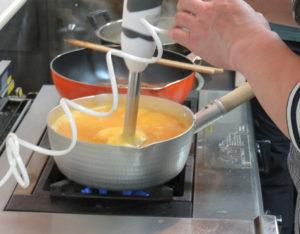 鍋などでそのまま食材をペースト状にできる「ハンドブレンダー」を今回は活用。離乳食にも最適とのこと