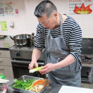包丁はなるべく小さめのもの、また固い野菜(カボチャや大根など)は、電子レンジであたためると調理しやすくなる