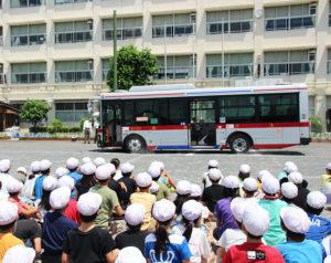 東急バスが新吉田小学校に2度目の「乗り入れ」。急ブレーキをかけると、椅子に座っていた人形が前方に飛ばされ、倒れ込む様子(写真)を実演、児童からも驚きの声があがっていた(藤城守校長撮影・提供)
