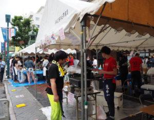 地元・綱島ゆかりの企業・団体や、飲食店などによるブースも、雨にも負けじと出店し場を盛り上げていました