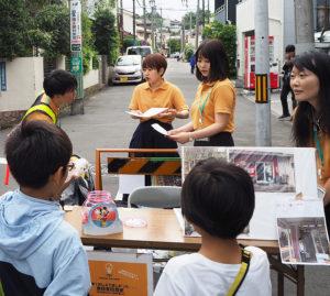 初めての慶應大学院の学生の皆さんが設置したブースに、子どもたちも興味深々に立ち寄ります