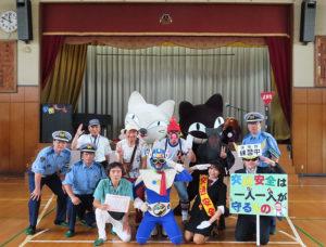 子どもたちも大熱狂のステージで「交通安全」を伝えようと奮闘する、劇団ルール(日吉自動車学校)ほかの出演者、都筑署、港北署などの皆さん(新吉田第二小学校、2019年6月28日)