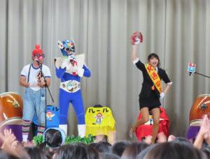 """""""信号マン""""の登場、ダンスや太鼓、踊りも交えた白熱の演技に、子どもたちも釘づけに"""