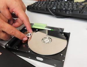 """パソコンのハードディスクの""""物理破壊""""は、専門の破砕機を使用。個人で行うのは危険"""