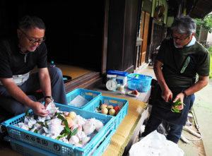 枝と葉は敢えて残す。「スーパーマーケットなどにはない、綱島の新鮮な桃の味わいを産地で体感してもらえたら」と池谷道義さん