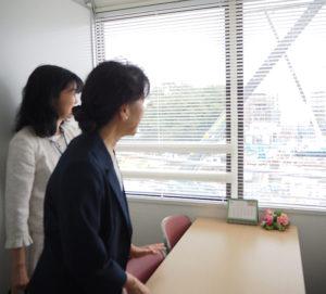 東急新横浜線(2023年3月末までに開業予定)の新綱島駅(仮称)を見下ろす隣接地に建つ福島ビルの4階に、新たに樽町地域ケアプラザ分室の「つなしま相談室」が7月からオープン。施設の内覧会が行われた