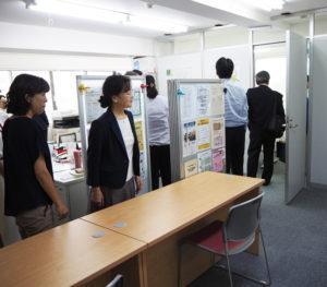 イトーヨーカドー前「つなしま交流室」で行われた開所式から、ここ相談室の内覧会まで、横浜共生会理事長の村松さん(左から2人目)がエスコートした。職員・スタッフが手作りしたパンフレットスタンドでは、地域情報も入手できる