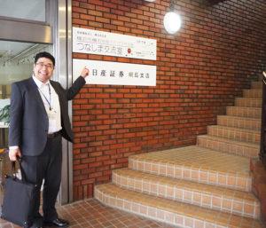 「つなしま交流室」前で、樽町地域ケアプラザ所長の藤塚さん。この分室では、福祉・保健活動や、交流の場としての活動を支援する催しや会合などを行っていく予定とのこと