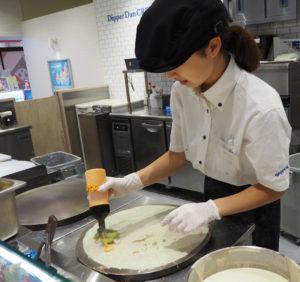 クレープは店員が注文後に焼く。焼いている姿を、店頭で見ることができる。「食事系クレープ」はアボカドが入ったものが特に人気とのこと