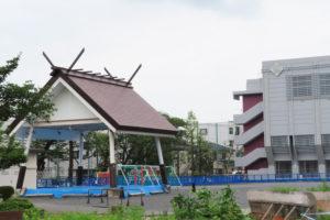 綱島小学校の校庭脇に1981(昭和56)年に再建された土俵と、今年3月に竣工したばかりの体育館・通級指導教室棟(右)