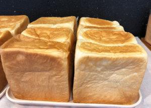 """米粉入り生食パンは、一斤400円(税別)。米粉を使うことで一層のしっとり感と自然な甘みが美味しく、""""食べ始めるととまらない""""とスタッフの間でも好評だという(アルバ有限会社提供)"""