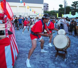 どんBRI(どんぶり)は、1994年から大使館職員を中心に活動。会の名前は太鼓の音「どん」と、Britain (英国)の「Bri」を合わせたもの。「太鼓は簡単、だれでもできる、楽しむことが一番の目的」をモットーに活動している