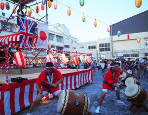 阿久津貴史副領事ほか大使館職員も来校、迫力ある国際親善の太鼓の音に、多くの人々が聴き入っていました