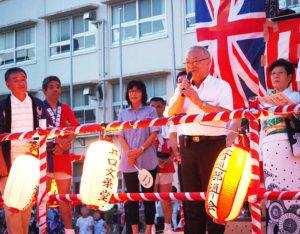 日吉台小学校の玉置恭美校長、日吉台中学校(日吉本町4)に今年から着任した諏訪部真史校長(右から2人目)もあいさつ。来賓も多く訪れ、場を盛り上げていました