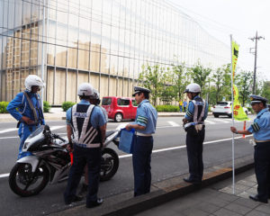 綱島東4丁目の綱島SST「アップル(Apple)横浜テクノロジーセンター(YTC)」前の綱島街道で行われた819(バイク)の日キャンペーンの様子(2019年8月19日)