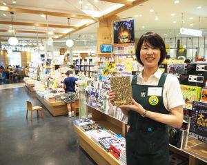 日吉在住のスタッフの山内典子さんは旧アピタ日吉店(箕輪町)時代から同書店に勤務。「本はあらゆるジャンルのトレンドを網羅しています」と、大好きだという本の魅力を伝えるべく日々活躍している