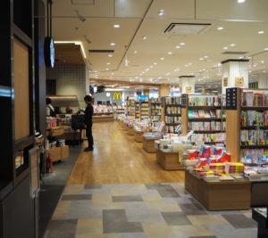 スターバックスコーヒージャパン株式会社(品川区)とのコラボも実現。同カフェ(写真左側)のサイトでも「書店が併設され、本を読みながらコーヒーが楽しめる店舗」として紹介されている